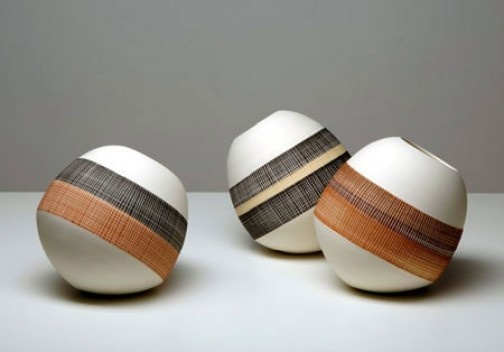 Piões, porcelana, Gilberto Paim, 2006<br />Foto Rômulo Fialdini