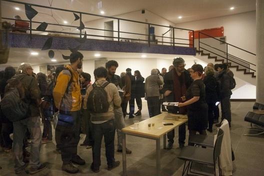 """Helena Ayoub recebe convidados no início da festa de lançamento do livro """"Abrahão Sanovicz, arquiteto"""", IAB/SP, 22 ago. 2017<br />Foto Fabia Mercadante"""