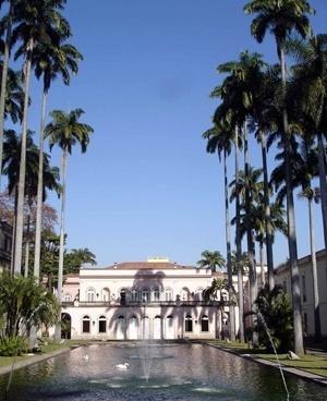 Fachada posterior do palácio da antiga sede da chancelaria brasileira no Rio de Janeiro: espelho d'água, cisnes e palmeiras imperiais<br />Foto Eduardo Rossetti, 2008