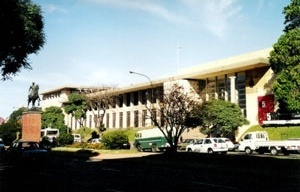 O acento acadêmico do prédio da Faculdade de Arquitetura de Montevidéu (1938), de Román Fresnedo Siri e Mario Muccinelli <br />Foto do autor