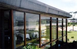 Detalhe da fachada do Parador com a cornija estilizada do terraço-jardim<br />Foto do autor