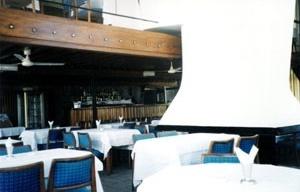 Interior do restaurante, com destaque para o mezanino e a lareira<br />Foto do autor