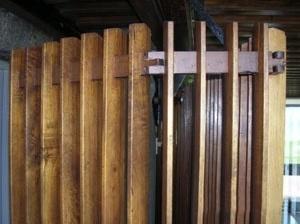 Detalhe do biombo de madeira diante dos sanitários<br />Foto do autor