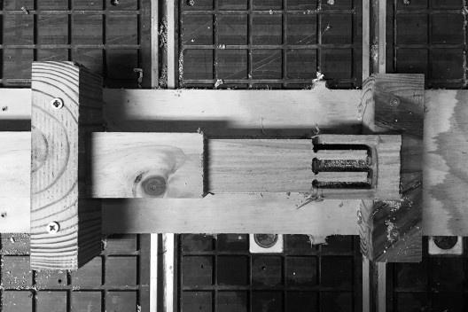 Sistema 3: detalhe do processo de corte e desbaste do bloco em pinus autoclavado 1500x70x70mm na CNC Router<br />Foto Lucas Di Gioia e Victor Cattete  [Acervo Fabricação, tectônica e projeto: catálogo de encaixes em madeira]
