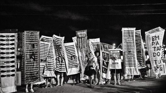 """Bloco Direitos Urbanos com a coreografia """"Troça Carnavalesca Mista Público Privada Empatando tua Vista"""", carnaval 2014, Recife<br />Foto Leonardo Cisneiros"""