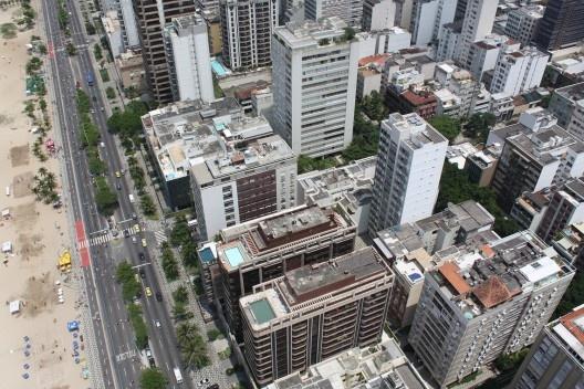 Edifícios em Ipanema, com edificações com pilotis e mais quatro pavimentos e suas coberturas de 20% já ampliadas<br />Foto Rogerio G. Cardeman, 2008