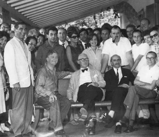 Visita de Le Corbusier ao Brasil nos anos 1950, recepcionado em Petrópolis por Ary Garcia Roza, presidente da Direção Nacional do IAB (de pé, à esquerda). Sentados, Roberto Burle Marx, Le Corbusier, Lúcio Costa e Affonso Reidy<br />Foto divulgação  [Acervo IAB/RJ]