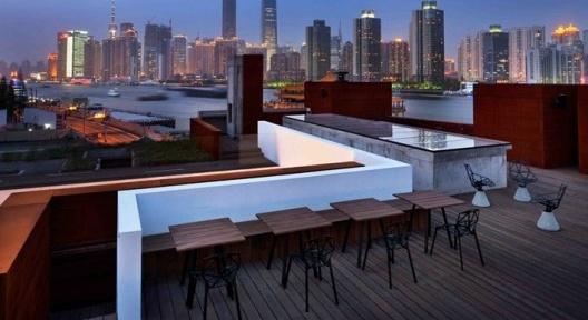 O hotel Water House, projetado pelos arquitetos Lyndon Neri e Rossana Hu, do Design Republic, e seu terraço com vista para Pudong [www.thedesignrepublic.com]