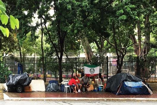 Moradores de rua, Praça do Rotary, Vila Buarque, São Paulo<br />Foto Abilio Guerra