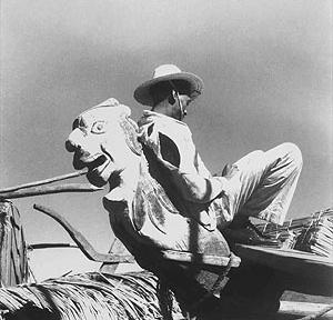"""Marcel Gautherot, """"Homem recostado em uma carranca de proa"""", fotografia, 1946  [Acervo Instituto Moreira Sales]"""