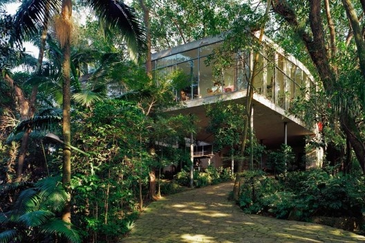 Casa de Vidro, Morumbi, São Paulo. Arquiteta Lina Bo Bardi<br />Foto Nelson Kon  [OLIVEIRA, 2002, p. 23]