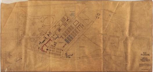 Cópia heliográfica de Auschwitz 1, de 30 de abril de 1942, incluíndo os enormes quartéis generais do complexo do campo, marcados em vermelho<br />Iad Vashem Archives  [Site de divulgação da exposição]