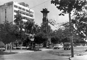 Relógio da Avenida Goiás, Goiânia. Foto Hélio de Oliveira, década de 1950 [Divisão de Patrimônio Histórico da Secretaria Municipal de Cultura]