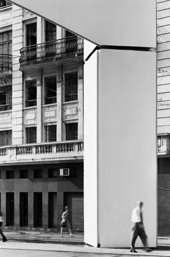 Cobertura na Praça do Patriarca. Arquiteto Paulo Mendes da Rocha<br />Foto Nelson Kon