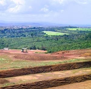 Cavas de extração de minérios em Araxá MG<br />Foto Abilio Guerra