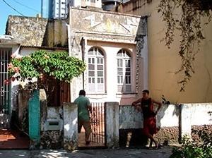 Casa Neoclássica adaptada ao Raio que o parta [MIRANDA, Cybelle, 2008]
