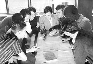 Alunos em orientação de Projeto. <br />Foto-Documentação Sylvio de Vasconcellos, década de 1950
