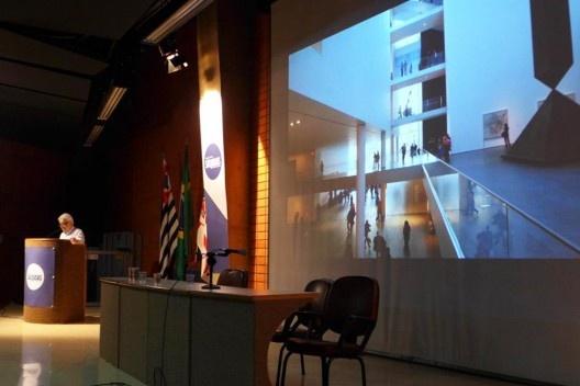 Carlos Eduardo Dias Comas apresenta exposição <i>Latin America in Construction 1955-1980</i>, Encontro Núcleo Docomomo-SP 2015<br />Foto André Marques