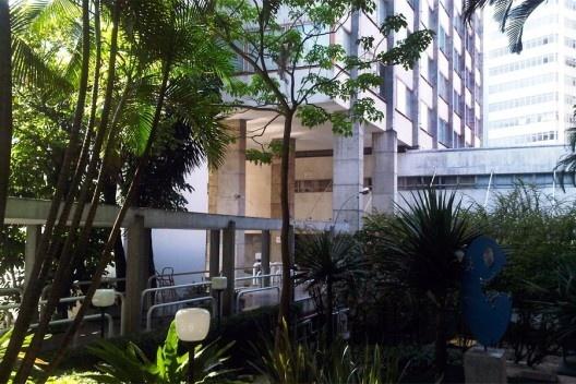 Entrada do Edifício João Calvino, Universidade Mackenzie, sede da Pós-graduação em Arquitetura<br />Foto Abilio Guerra  [Wikimedia Commons]