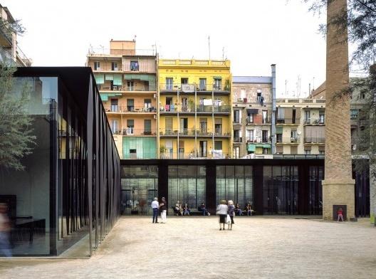 Sant Antoni – Joan Oliver Library, Senior Citizens Center and Cándida Pérez Gardens, 2007, Barcelona, Spain<br />Fotografía Hisao Suzuki  [Website Pritzker Prize]