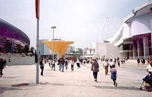 Espaços Abertos públicos da exposição: espaços amplos entre edificações singulares<br />Foto do autor