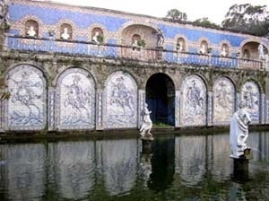 A Galeria dos Reis no jardim do Palácio dos Marqueses de Fronteira em Lisboa.Raro exemplo de utilização de azulejos como revestimento exterior antes do século XIX