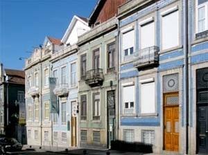 Típico conjunto de casas portuenses do século XIX na rua Alvares Cabral