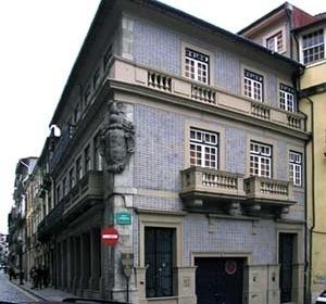 Edifício na esquina da rua das Flores com o Largo São Domingos revestido de azulejos de meio-relevo