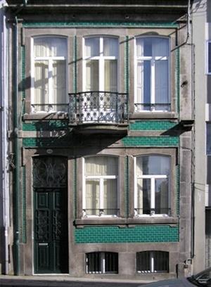 Edifício na rua D. João IV revestido de azulejos biselados