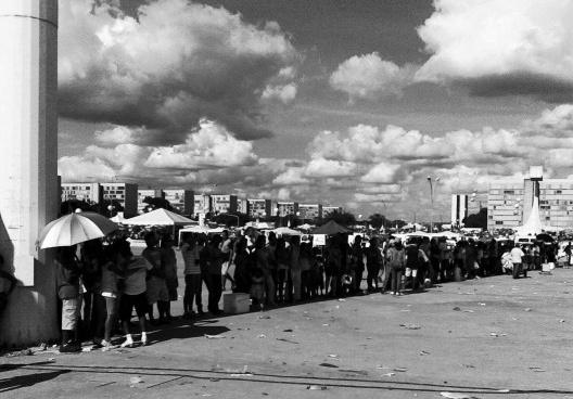 Pessoas na sombra, Brasília<br />Foto Sergio Jatobá