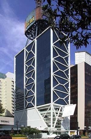"""Edifício sede do Itaú, São Paulo, 1995. Engenheiro Ernest Mange. Estrutura metálica, com contraventamento em """"Y"""" [Foto AG]"""