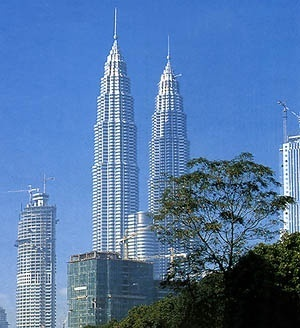 Estrutura do Petronas Towers, de César Pelli: pilares periféricos e núcleo central [JOSEPH & ISLAM, 2003; Structurae, 2004]