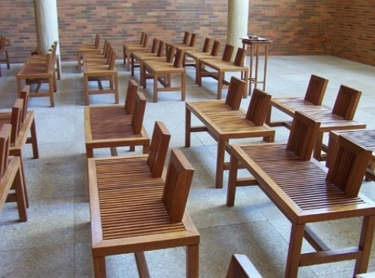 Mosteiro de Nossa Senhora das Graças, mobiliário da Igreja dos Fiéis (Francisco Bolonha, 1999)<br />Foto Marcia Poppe, 2003