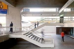 """Intervenção """"protética"""": térreo recuado em relação à Avenida Paulista. Galeria de arte, meio-nível acima da avenida e espaço da Biblioteca, meio-nível abaixo; ao fundo, a passarela-ponte. A Biblioteca, fechada, foi substituída por um espaço de exposição<br />Foto Nelson Kon"""