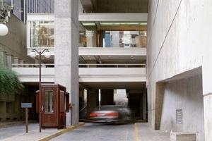 Eixo-público de travessia entre Avenida Paulista e Alameda Santos: automóveis e pedestres em um mesmo plano<br />Foto Nelson Kon