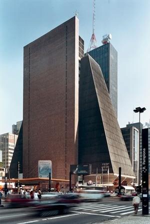 """Torre e térreo: """"landmark"""" e """"container"""" urbano<br />Foto Nelson Kon"""