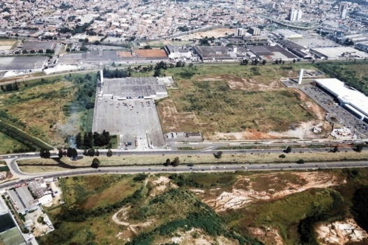 Projeto Global Shopping. Vista aérea da área do projeto. À direita tem-se o Auto Shopping, única etapa do projeto implantado até então [Acervo da autora, 2003]