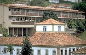 Casa do Conto, com Grande Hotel ao fundo, Ouro Preto<br />Foto Paul Meurs