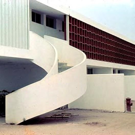 Centro Técnico de Aeronáutica – CTA, bloco de habitação em fase final de construção, c.1950. Arquiteto Oscar Niemeyer<br />Foto Gustavo Neves da Rocha Filho  [Biblioteca FAU USP]