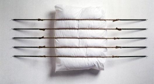 Pentagrama, travesseiro, fios, molas, pregos, 80 x 120 x 8 cm. Jorge Macchi, 1993 <br />Foto Rodrigo Rojas  [Jorge Macchi. Catálogo da 6ª Bienal do Mercosul]