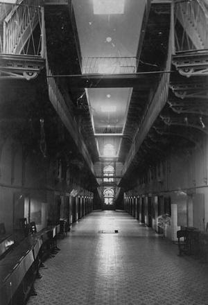 Imagem do corredor da antiga Casa de Detenção do Recife, projeto de Mamede Ferreira de 1850 baseado em princípios do panoptismo [Museu da Cidade do Recife]