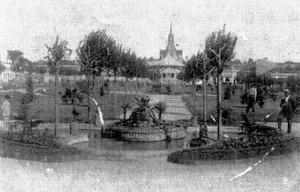 Figura 06 - Praça da República. Antigo Largo do Theatro, com a nova praça recém inaugurada em 1915. No fundo ao alto, vê-se a nova Igreja Matriz, concluída em 1906 [Arquivo Ivan Claudio Domingues dos Santos]