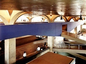 Figura 30 - Rodoviária de Jahu. Vista do vão livre central, com a rampa azul, elemento de contraste [KAMITA, João Masao. Op. cit.]