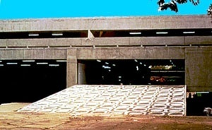Figura 32 - Rodoviária de Jahu. Acesso lateral pela praça onde se insere o edifício. Uma rampa unifica os espaços interno e externo [Arquivo do autor]