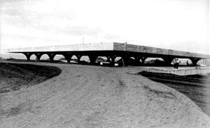 Figura 36 - Rodoviária de Jahu. Vista da parte alta da cidade, durante a construção, a grande cobertura [Arquivo Júlio Artigas]