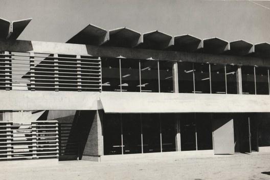"""Edifício Amortex, perfis """"Y"""" usados como cobertura, São Paulo SP Brasil, 1972. Arquitetos Gregório Zolko e Wolfgang Schoedon [Acervo Gregório Zolko]"""