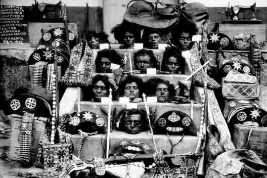 As cabeças dos cangaceiros, Piranhas, Alagoas, 1938. Lampião está no primeiro degrau, Maria Bonita, no segundo, ao centro<br />Foto divulgação