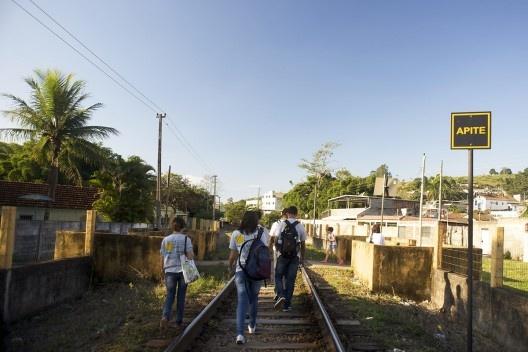 Caminhada pela linha férrea por parte do grupo de trabalho Urbanismomg, em trecho de travessia de pedestres<br />Foto Fábio Lima