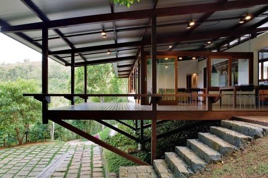 Casa na Praia Brava, Ubatuba SP, 2007. Dal Pian Arquitetos. Projeto construído com madeira certificada.<br />Foto Nelson Kon