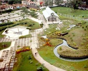 Vista panorâmica de parte do parque Mangal das Garças; lagos artificiais, anfiteatro e passarelas. <br />Foto do autor, jan. 2007
